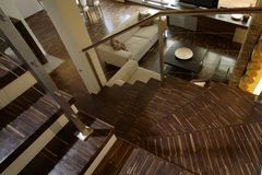 Stairway na sala de visitas moderna Foto de Stock Royalty Free