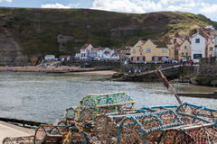 STAITHES,北部YORKSHIRE/UK - 8月21日:Staithes harb看法  库存照片