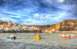 Staithes северный Йоркшир Англия Великобритания с шлюпками в гавани в красочном hdr Стоковая Фотография
