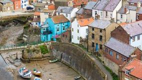 Staithes Йоркшир Англия Великобритания стоковые изображения rf