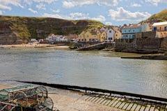 STAITHES, HET NOORDEN YORKSHIRE/UK - 21 AUGUSTUS: Mening van Staithes harb Stock Fotografie