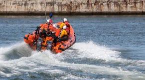STAITHES, północ YORKSHIRE/UK - SIERPIEŃ 21: RNLI lifeboat pokaz Fotografia Royalty Free