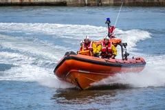 STAITHES, północ YORKSHIRE/UK - SIERPIEŃ 21: RNLI lifeboat pokaz Zdjęcie Stock