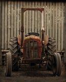 Stajnią stary Ciągnik Zdjęcie Royalty Free