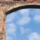 Stajni bramy drzwi łuk i niebo, kamiennej ściany zbliżenie, pionowo jaskrawy biały lato chmur cloudscape kopii przestrzeni tło, g Obrazy Stock