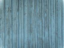 Stajni drewna ściana z zakłopotanym, strugający błękitną farbę zdjęcie royalty free