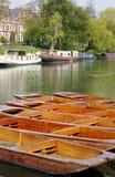 Stakbåtar och Riverboats på flodkammen, Cambridge, England Arkivfoto