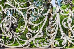 Staket av den Mikhailovsky trädgården i St Petersburg royaltyfria bilder