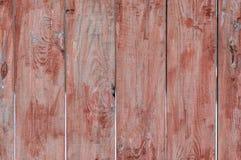 Staket av red ut röd-målade träplankor för bakgrund i lantlig stil Royaltyfria Bilder