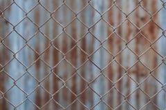 Staket för Chain sammanlänkning, rostigt trådstaket Arkivbild