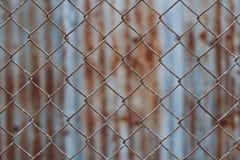Staket för Chain sammanlänkning, rostigt trådstaket Royaltyfri Fotografi