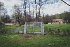 Staket för det övergav territoriet royaltyfri foto