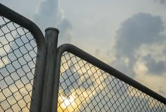 Staket In för kedjesammanlänkning aftonen eller solnedgången royaltyfri bild