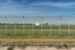 Staket för skyddsområde för flygplatssäkerhet Royaltyfri Fotografi