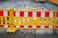 Staket för vägarbete i stadsgata Arkivfoton