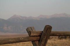 Staket med berg i bakgrunden Royaltyfria Foton