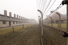 Staket med elektrisk taggtråd på Auschwitz Fotografering för Bildbyråer