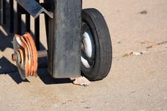 Staket med ett brutet hjul Royaltyfria Foton
