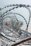 Staket med skarp taggtråd arkivbild