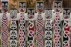 Staket med traditionella maoriframsidor fotografering för bildbyråer