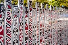 Staket med traditionella maoriframsidor arkivfoton