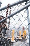 Staket och hängande låsbegrepp Arkivbild
