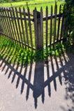staket och skuggan av hans arkivbild