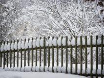 Staket och snö fotografering för bildbyråer
