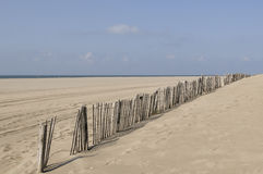 Staket på den tomma stranden Arkivfoto