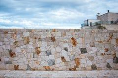 Staket som göras av den naturliga asymmetriska stenen Royaltyfri Bild