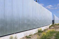 Staket som göras av galvaniserat, yrkesmässig durk för rostfritt stål royaltyfria foton