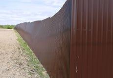 Staket som göras av yrkesmässig durk för brun metall Royaltyfria Foton