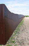 Staket som göras av yrkesmässig durk för brun metall Arkivbild
