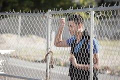 staket som ser mannen arkivbild