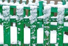Staket som täckas av första snö Arkivfoto