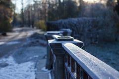 Staketet av bron i rimfrost Arkivbild