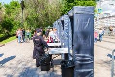 Staketet med polisen inramar metalldetektorer på stadsgatan i s Royaltyfri Foto