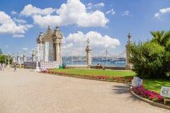 Staketet och den östliga porten av den ottomansultanDolmabahce slotten på kusterna av Bosphorusen Arkivbild