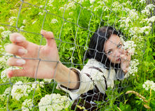 staketgräs som ser över trådkvinnabarn arkivfoton