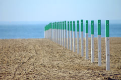Staketpoler på den Forte dei Marmi stranden Royaltyfria Bilder