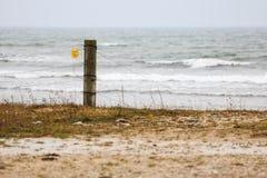 Staketstolpe vid det stormiga havet i Gotland Royaltyfria Bilder
