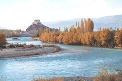 Stakna Gompa y río Indo antes de la puesta del sol con el cielo nublado y las montañas Fotos de archivo libres de regalías