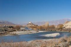 Staknaklooster dichtbij rivier in Leh Stock Foto's