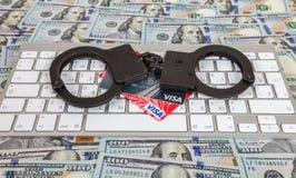 Stal kajdanki i kredytowe karty kłama na komputerowej klawiaturze Obraz Stock