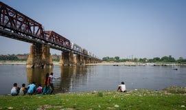 Stal most przy słonecznym dniem w Agra, India Obraz Stock