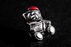 Stal niedźwiedź w czerwonym kapeluszu, makro- fotografia fotografia stock
