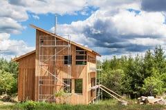 Stal nierdzewna komin na budynku ekologiczny dom Energooszczędny drewniany dom Budowa chałupa blisko fo Obraz Royalty Free