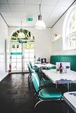 Stal nierdzewna stoły i zieleni krzesła sety obraz stock