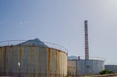 Stal nierdzewna zbiorniki dla przechować ropę naftową z kominem w a Zdjęcie Royalty Free