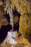 Stalacites en stalagmieten het verbinden Stock Afbeelding